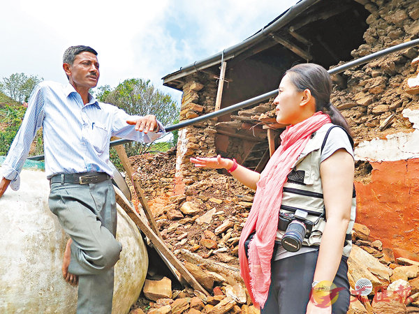 ■陳英凝於2015年6月在尼泊爾評估地震災情,村長及教師Topalo向她表示向當地孩子灌輸防災知識的決心。 CCOUC圖片