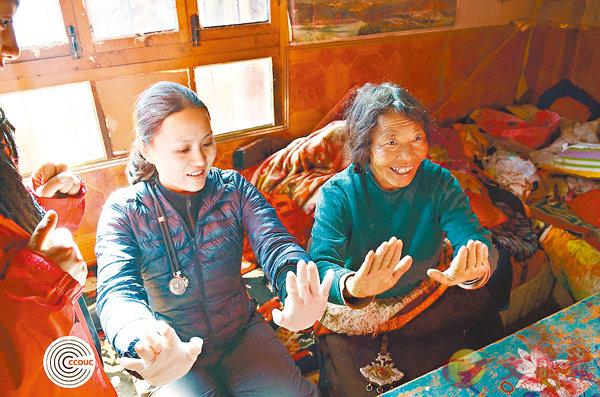 ■陳英凝2013年在青海替藏族婦女進行基本健康檢查。 CCOUC圖片