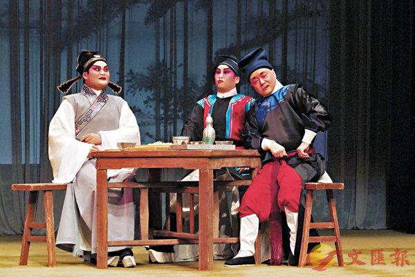 ■杜詠心演的楊傳與阮兆輝演的李乙在酒樓聽到新官未履任消息。