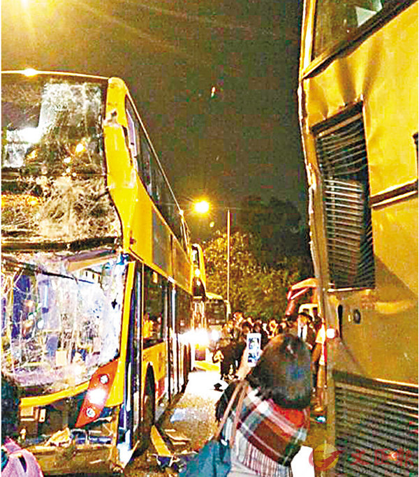 ■城巴車頭盡毀,九巴成「三文治」車尾均告損毀。 網上圖片