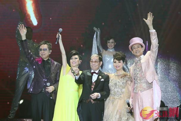 2015年,張德蘭(右二)參與《顧嘉煇榮休盛典演唱會》演出(網絡圖片)
