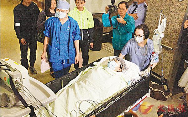 ■26歲的捐贈者鄭小姐(阿甄)被送進手術室。 曾慶威 攝