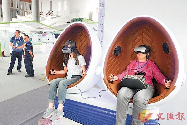 ■深圳創業創新氛圍濃厚。圖為參觀者在深圳國際創客周活動上乘坐VR雙座鵝蛋太空艙,體驗影音動感。  資料圖片