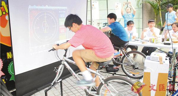 ■賽場外為中小學生設踩單車測速攤位,趁機挑選成績優秀者,為香港單車界培育未來棟樑。莊禮傑  攝