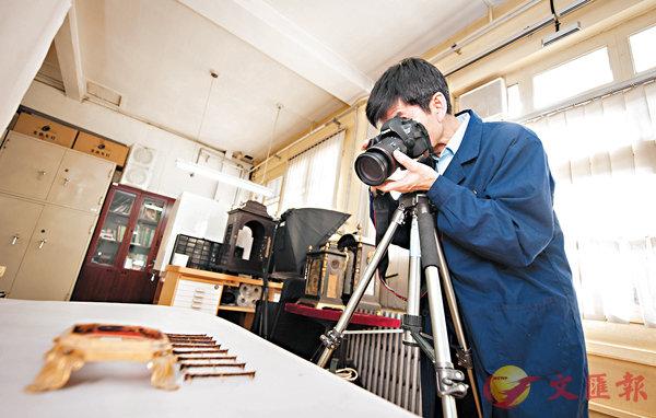 ■王津為拆解完的零件拍照。 資料圖片