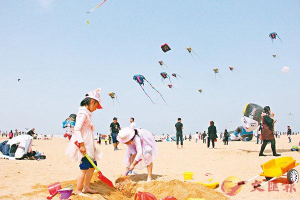 ■孩子們在放飛場上玩耍。記者胡臥龍 攝
