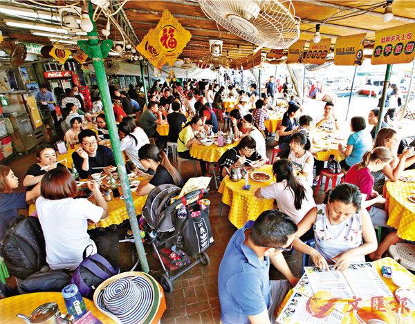 ■長洲海傍的海鮮店人流絡繹不絕。 劉國權  攝
