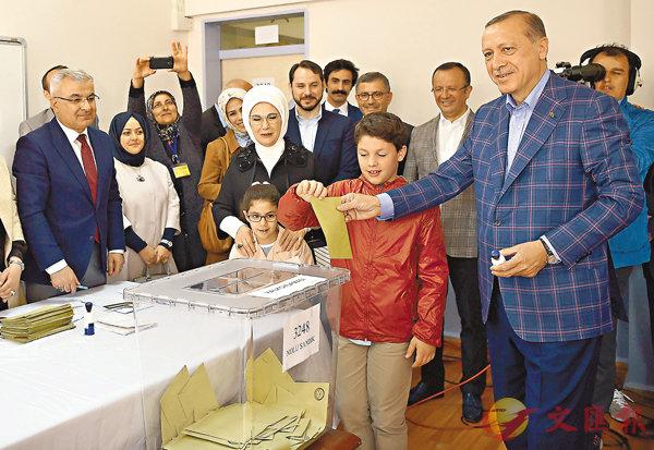 ■埃爾多安與妻子帶同孫兒到票站投票。 法新社