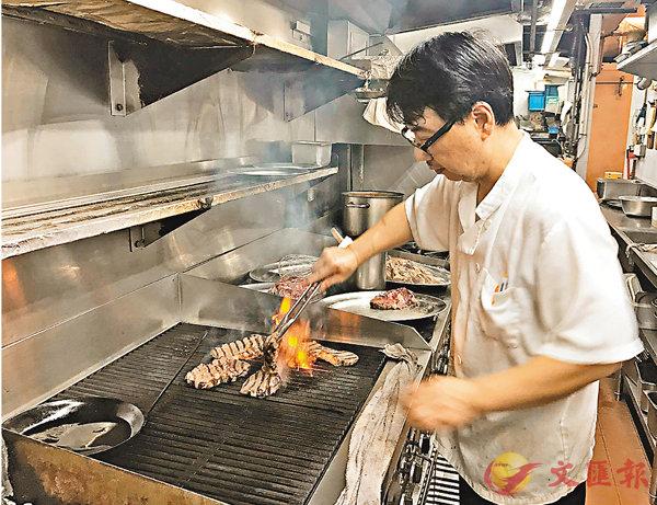 ■法式牛扒屋主打炭燒牛扒,能迫出油分,較煎的牛扒更為健康。 何寶儀  攝