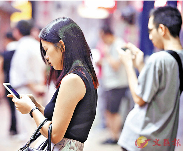頸椎患者年輕化  低頭玩手機可致癱 (圖)