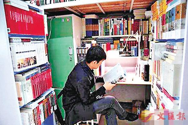 ■「閱讀狂人」龐章昊的「圖書館」寢室。   網上圖片