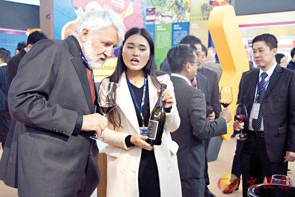 ■中國消費者向國際葡萄酒大師學習紅酒知識。 李兵 攝