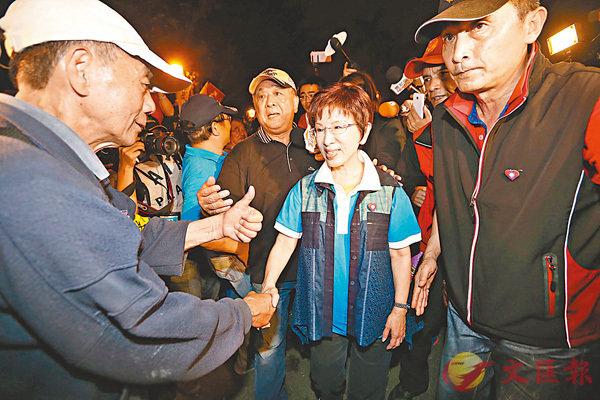 ■洪秀柱(中)前晚到場支持抗議年金改革人士。  中央社