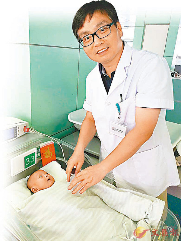 ■新生兒科主任楊傳忠與早早。  記者郭若溪 攝