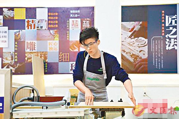 ■徐志威在世界技能大賽傢具製作項目中的3進2第二輪選拔賽現場。  網上圖片