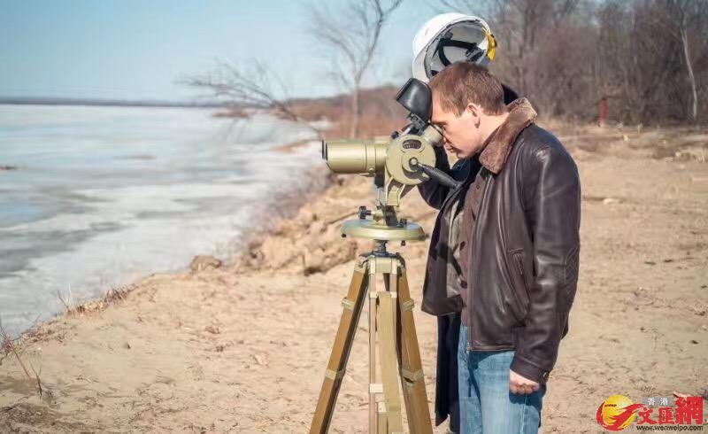 俄方專家勘查橋樑建設。