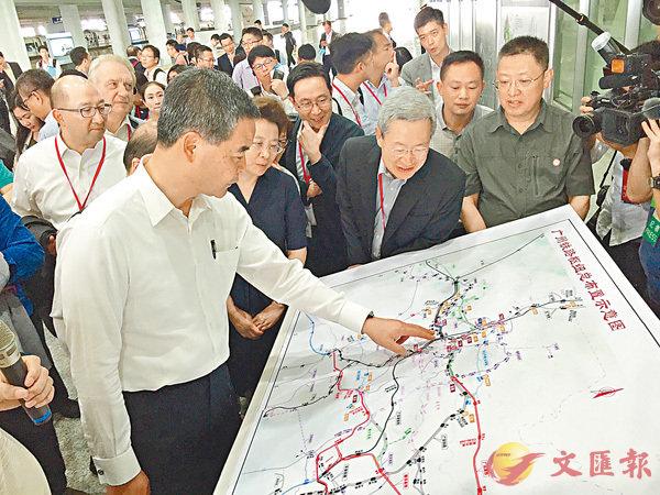 ■特首梁振英率考察團在廣深港高鐵廣州南站了解廣州與周邊城市的交通建設規劃。 胡若璋  攝