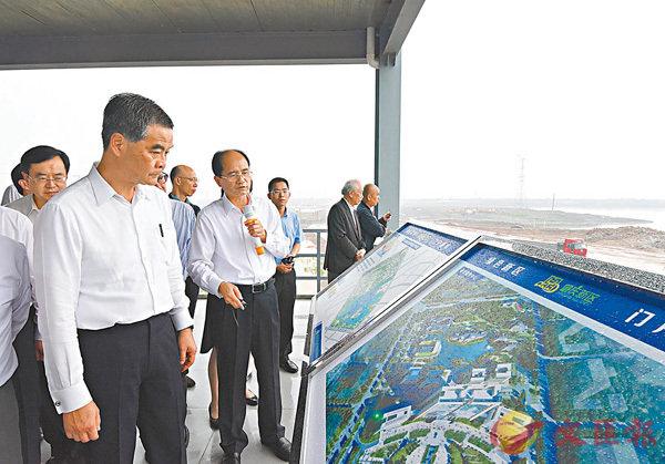 ■香港考察團在肇慶新區硯陽湖觀景平台聽取該區發展的介紹。