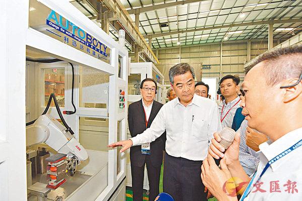 ■香港考察團在佛山市參觀機械人製造公司。