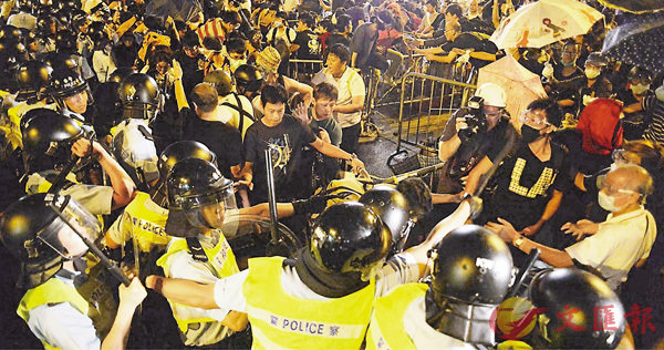 ■「佔旺」示威者事發當晚衝擊警方防線,引發衝突。 資料圖片