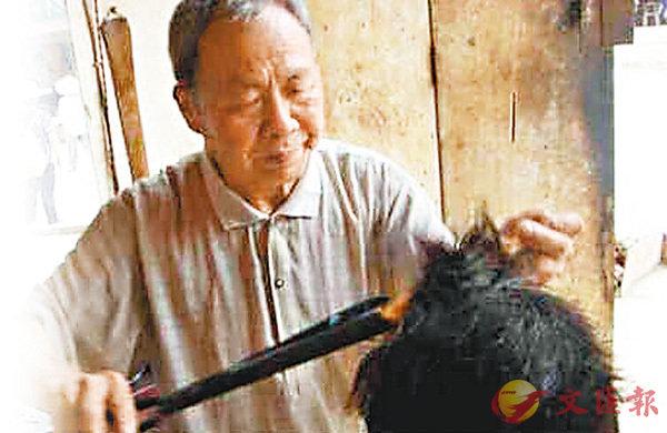 ■王維美堅守傳統手藝,生意紅火,前來「打火夾」燙髮的顧客絡繹不絕。網上圖片