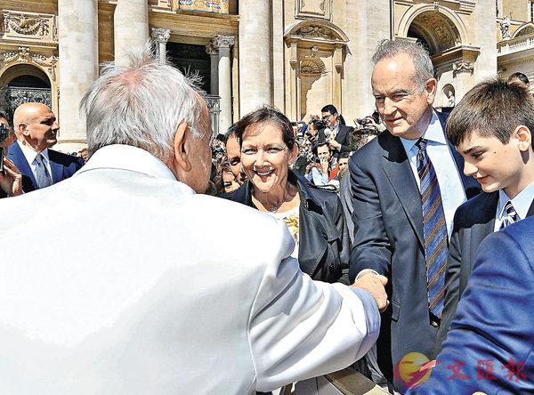 ■霍士宣佈消息時,奧萊利在梵蒂岡拜見教宗(左)。 美聯社