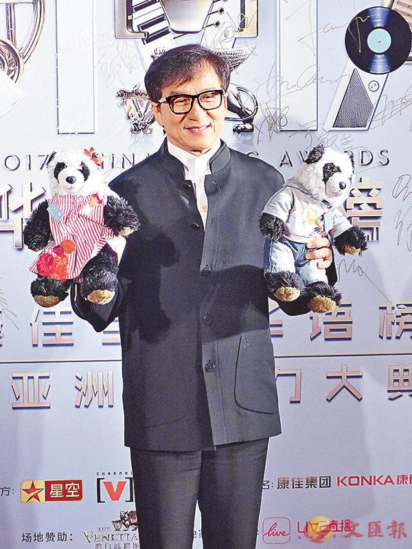 ■和在奧斯卡時一樣,成龍大哥帶同一對熊貓公仔亮相。