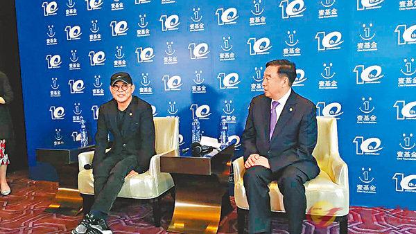 ■李連杰(左)指成立壹基金時曾做過調查。  李望賢 攝