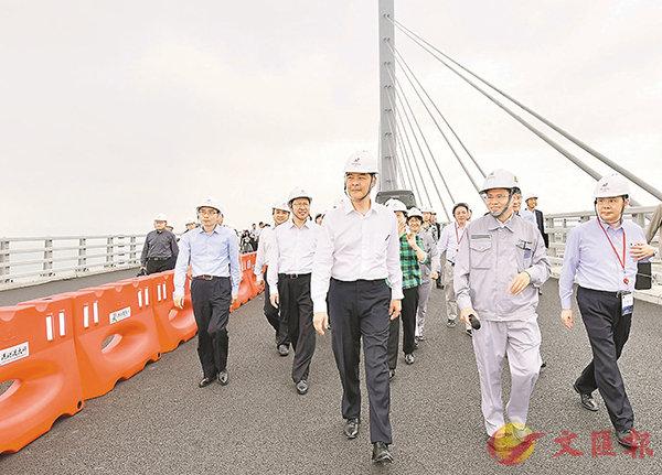 ■特首梁振英率考察團考察港珠澳大橋珠海段施工進展。