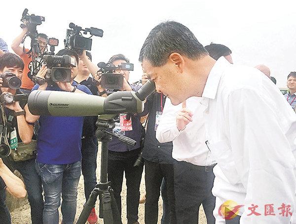■梁振英在深中通道中山翠亨新區登陸點用望遠鏡看對面的深圳。胡若璋  攝