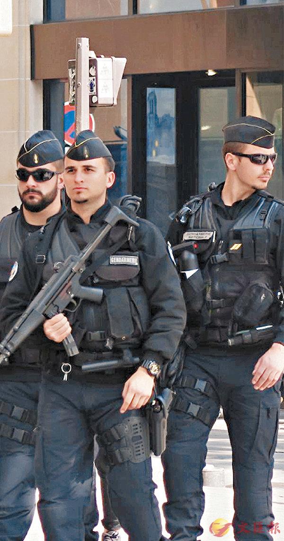 ■香榭麗舍大道昨日有持槍警員巡邏。黎耀康  攝
