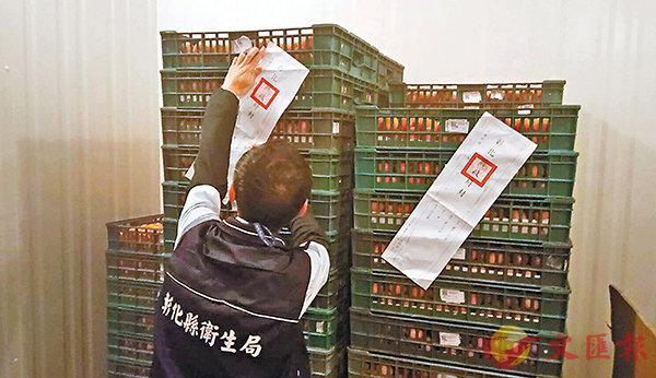 ■雞蛋驗出致癌物質二噁英超標,彰化縣衛生局工作人員立即進行查蛋及封存。   中央社