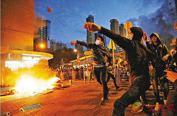 ■黃台仰指自己只是「呼籲」旺角暴亂的參與者以「自己可以成就的方法」表達不滿。圖為旺角暴亂時有暴徒向警察擲磚。