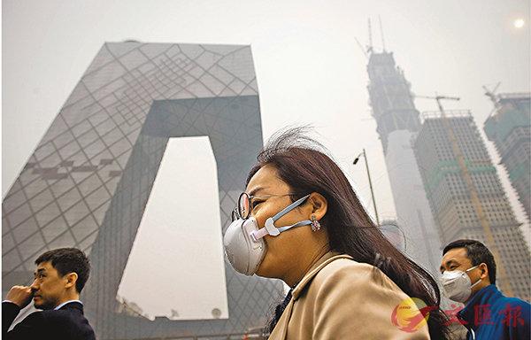 ■京津等28個北方城市首輪環保督查發現,存在問題的企業佔總數近七成。圖為市民戴口罩在北京霧霾天氣下行走。資料圖片