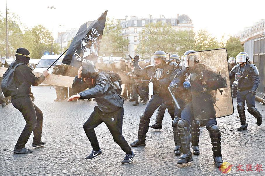 ■巴黎有大批反法西斯主義的左翼青年發起暴力示威,部分人持木板襲擊警方。 法新社