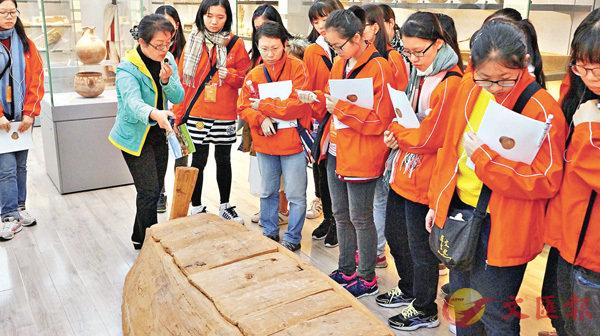 ■考察團在新疆考古研究所考察館藏文物。饒宗頤文化館供圖