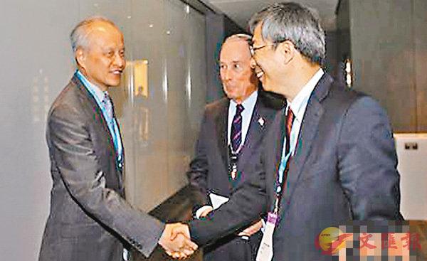■中國駐美大使崔天凱(左一)與中國人民銀行副行長易綱(右一)、彭博有限合夥企業創始人米高·彭博在會間交流。 網上圖片
