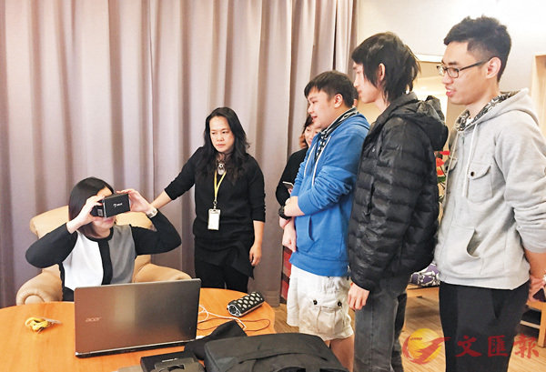 ■中大專修院三組學生與校友為長者中心製作VR影片,幫助長者認識新科技。 校方供圖