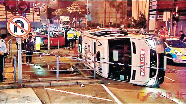 ■警方在現場調查的士撞翻警車意外肇因。 網上圖片