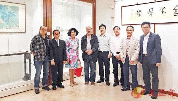 ■方黃吉雯(左三)、鄧偉雄(左四)、陳天保(左一)等藝術愛好者到場參觀展覽。 李摯  攝