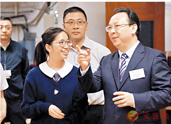 ■譚鐵牛與聖保祿學校學生交流。中聯辦網站圖片