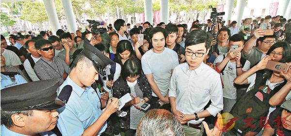 ■「香港民族黨」無視康文署警告「賴死」舉行演講會,最終警員到場調停。 彭子文  攝