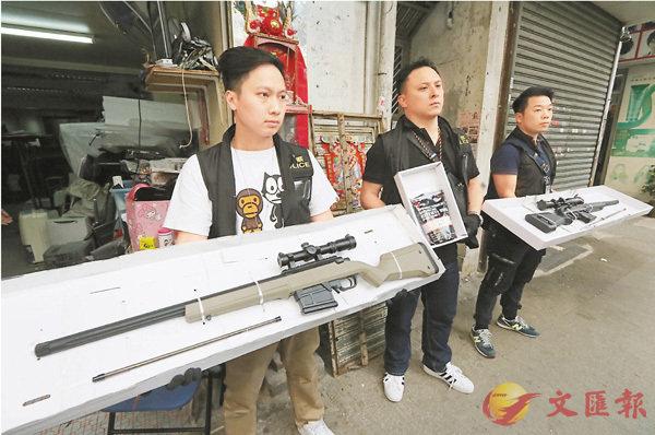 ■探員在單位內搜獲兩支仿製狙擊長槍及BB彈(中)。 劉友光 攝