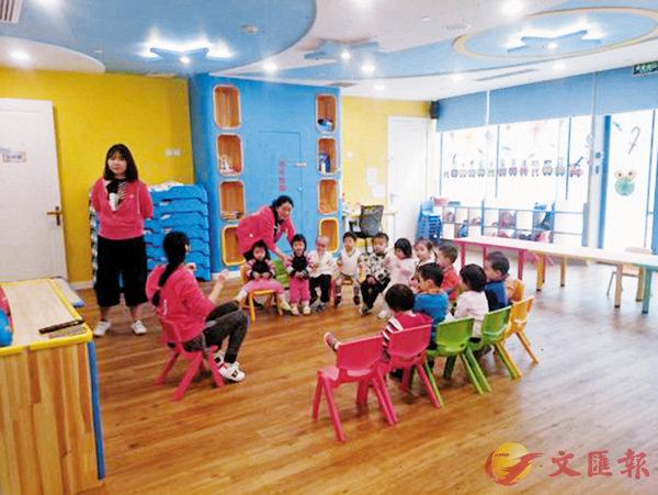 ■在「攜程親子中心」,工作人員帶領被託育的兒童唱歌、玩遊戲。 網上圖片
