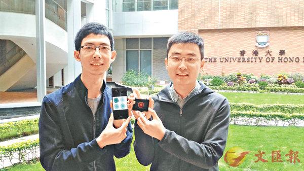 ■李士杰(右)形容手上晶片有�荂u可攜、快速、低成本」多項優勢。姜嘉軒  攝