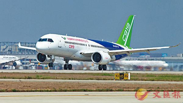 ■國產大客機明日滬首飛。圖為國產大客機C919在上海浦東機場進行高滑抬前輪試驗。 資料圖片