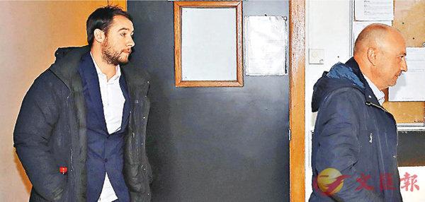 ■莫羅(左)和積可維迪斯離開法院。 法新社