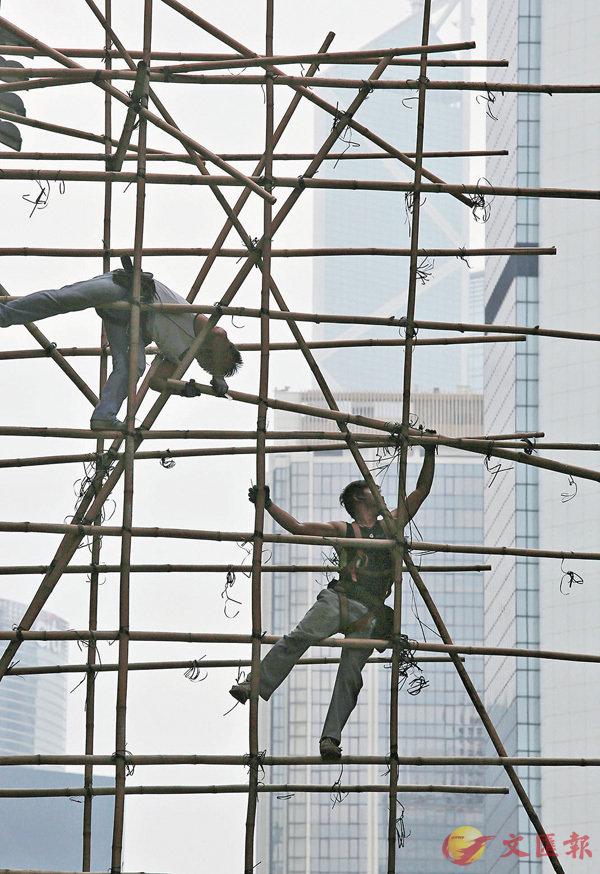 ■標準工時討論已久,各方爭議聲仍然不斷。圖為本港建築工人。 資料圖片