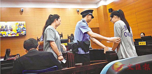 ■沈威(左)和王景(右)在羅湖法院受審。  本報深圳傳真