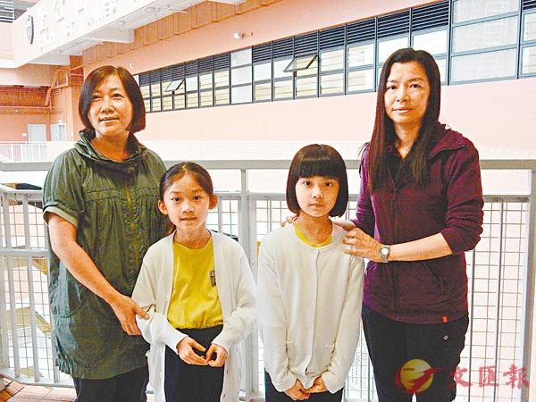 ■柯同學(右二)認為BCA比應考校內考試輕鬆,而她認為若其他學生應考則可測試他們的能力。圖左一起為張太、張同學及柯太。 黎忞  攝